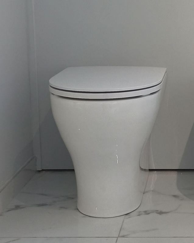 Vaso filomuro in ceramica Beat, copriwater soft-close compreso